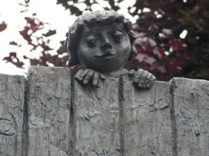 Neugierig? Skulptur am Kleinen Tiergarten in Prüm